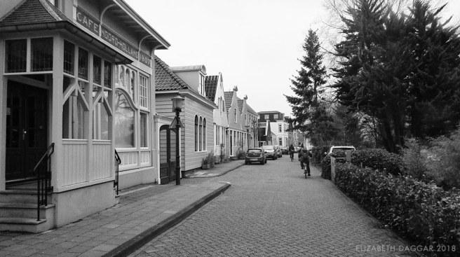 B&W photo cycling through Nieuwendammerdijk